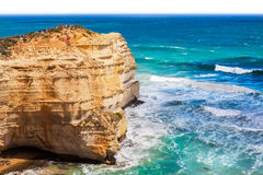 Stor havväg och turister på en klippa Arkivbild