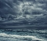 Stor havwave som bryter kusten Royaltyfri Foto