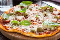 Stor hemlagad pizza med bacon Arkivfoton