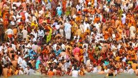 Stor hinduisk Kumbh Mela badning Royaltyfria Foton