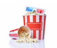Stor hink och liten kopp av aptitretande salt popcorn med exponeringsglas för anaglyph 3d Fotografering för Bildbyråer