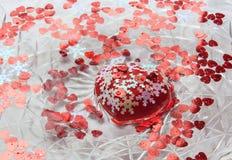 Stor hjärta och små hjärtor som svävar i vattnet Valentin` s D Arkivbilder
