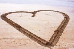 Stor hjärtateckning på stranden Royaltyfria Foton