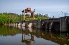 Stor hydroelektrisk station Flödet av vatten Den Teterev floden royaltyfria foton