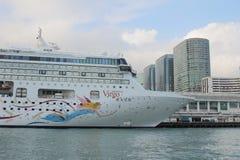 Stor hytt för kryssningskepp på Victoria Harbor Royaltyfria Bilder