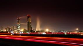 Stor industrianläggning på natten arkivfoto
