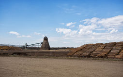 Stor industriell gasbrännare ar för wood chip ett sågverk Arkivbild