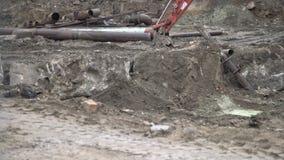 Stor industriell grävskopa som upp gräver jordning, stadsplanering Bulldozerskopa som arbetar i konstruktionsplats stock video