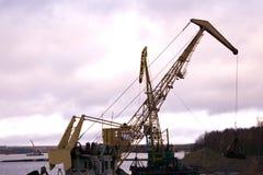 Stor industriell tornbil som svävar krantornet arkivfoton