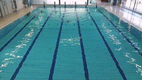 Stor inomhus pöl Folket är fritt att simma i pölen lager videofilmer