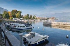 Stor italiensk sjö Sjö Maggiore på den pittoreska staden av Baveno royaltyfri bild