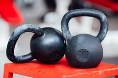 Stor järn- sexton pund vikthantel på idrottshall Arkivbild