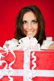 stor jul som rymmer den aktuella kvinnan Royaltyfri Bild