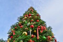 Stor julgran för närbild som dekoreras i fiskares hamnplatsområdet, San Francisco, CA arkivfoton