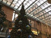 Stor julgran på den Potsdamer Platz Arkaden shoppinggallerian arkivbilder