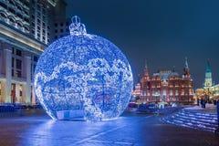 Stor julgranleksak på den Manezh fyrkanten i Moskva Arkivbild