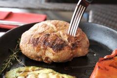 Stor köttkotlett i pannan Fotografering för Bildbyråer