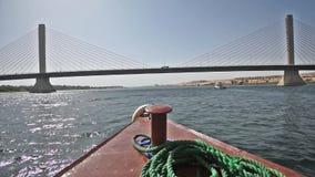 Stor kabel blev vägbron över den stora floden arkivfilmer
