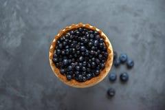 Stor kaka-korg med blåbär på den gråa metallyttersidan VI Royaltyfri Foto