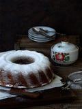 Stor kaka som strilas med pudrat socker royaltyfri foto