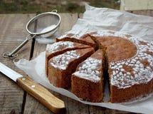 Stor kaka som strilas med pudrat socker royaltyfri bild