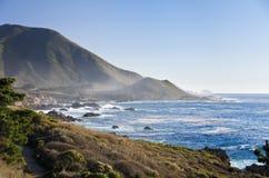 stor Kalifornien central kustmonterey sur Arkivbilder