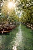 Stor kanal med fartyg och träd i centret av historiska Annecy arkivbild