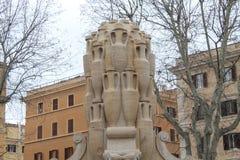 Stor kannaskulptur i en Pkaza i Rome Royaltyfria Bilder