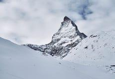 Stor klassisk sikt av Matterhorn från Zermatt arkivfoto