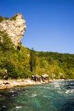 Stor klippa över floden Arkivbild