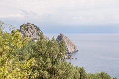 Stor klippa i havet Arkivbild