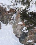 stor klippaextreme av skidåkning arkivbild