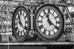 Stor klocka i farstun av den Waterloo stationen i London - LONDON - STORBRITANNIEN - SEPTEMBER 19, 2016 Royaltyfri Bild