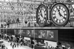 Stor klocka i farstun av den Waterloo stationen i London - LONDON - STORBRITANNIEN - SEPTEMBER 19, 2016 Arkivbilder