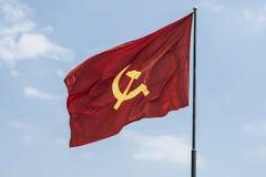 Stor kommunistisk flagga som svävar i vinden arkivfoto
