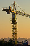 Stor konstruktionskran på resiodential konstruktionsplats Arkivbilder