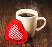 Stor kopp av den varma drink- och hjärtatextilen Arkivfoto