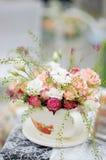 Stor kopp med rosor som garnering royaltyfri foto