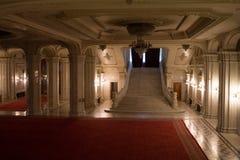 Stor korridor med marmortrappa Arkivbilder