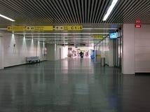 Stor korridor på flygplatsen royaltyfri fotografi