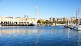 Stor kran på en kaj av Barceloneta royaltyfri fotografi