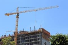 Stor kran på en konstruktionsplats arkivfoto