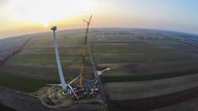 Stor kran på en plats för konstruktion för vindturbin royaltyfri fotografi