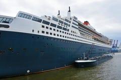 Stor kryssningeyeliner som ankras i hamnen royaltyfri foto