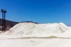 stor kulle av krossad stenkalksten mot den blåa himlen Royaltyfri Foto