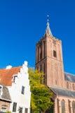 Stor kyrka och gammalt hus, Naarden, Nederländerna royaltyfria bilder