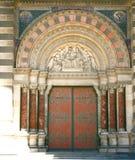 stor kyrklig dörr Arkivfoto