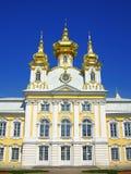 stor kyrklig slottpeterhof russia Arkivfoto