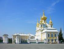 stor kyrklig slottpeterhof russia Royaltyfria Foton