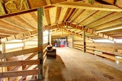 Stor ladugård för stall för lantgårdhäst. royaltyfri bild